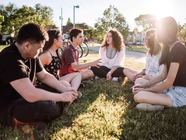 étudiants assis dans l'herbe